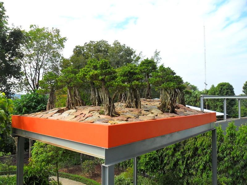 Маленькая копия стоунхэнджа и сады на
